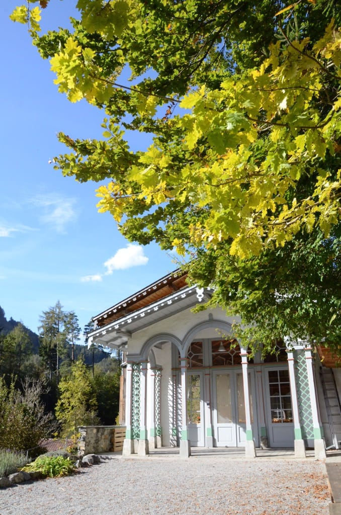 Trinkhalle unter farbigem Blätterdach