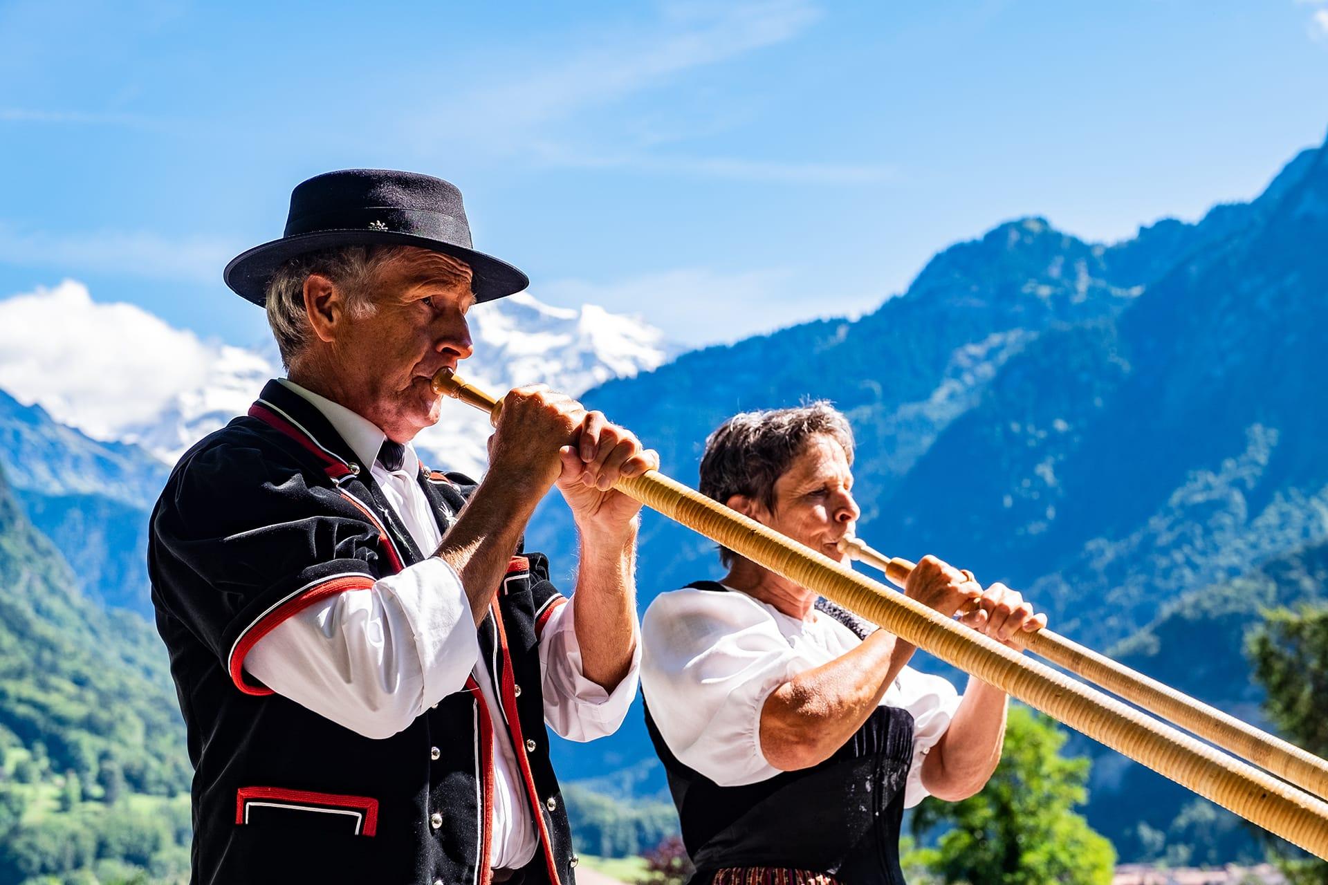 Hansueli und Doris Steiner aus Unterseen begrüssten die Gäste mit urchigen Alphorn-Klängen.
